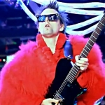 В новом видео Panic Station группа Muse предстала в странных нарядах