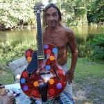 Майкл Стайп, Игги Поп, Мэтт Беллами и другие музыканты разрисовали гитары для благотворительного аукциона War Child
